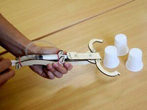 lesena-hidravlicna-robotska-roka-za-otroke-manjsa-kit-verzija-hidravlika-pnevmatika
