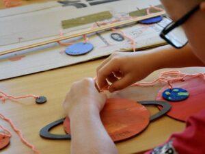 Leseni-planeti-za-pobarvati-z-vrvico-otroci-barvajo-trgovina-simetris