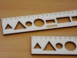 Leseno-ravnilo-z-oblikami-20-cm-gravura-imena-2-trgovina-simetris