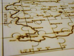lesena-sestavljanka-zemljevid-slovenije-linearno-merilo-za-lazjo-predstavo-razdalj